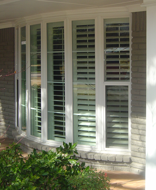 Mezzo bow window with grids and shutters